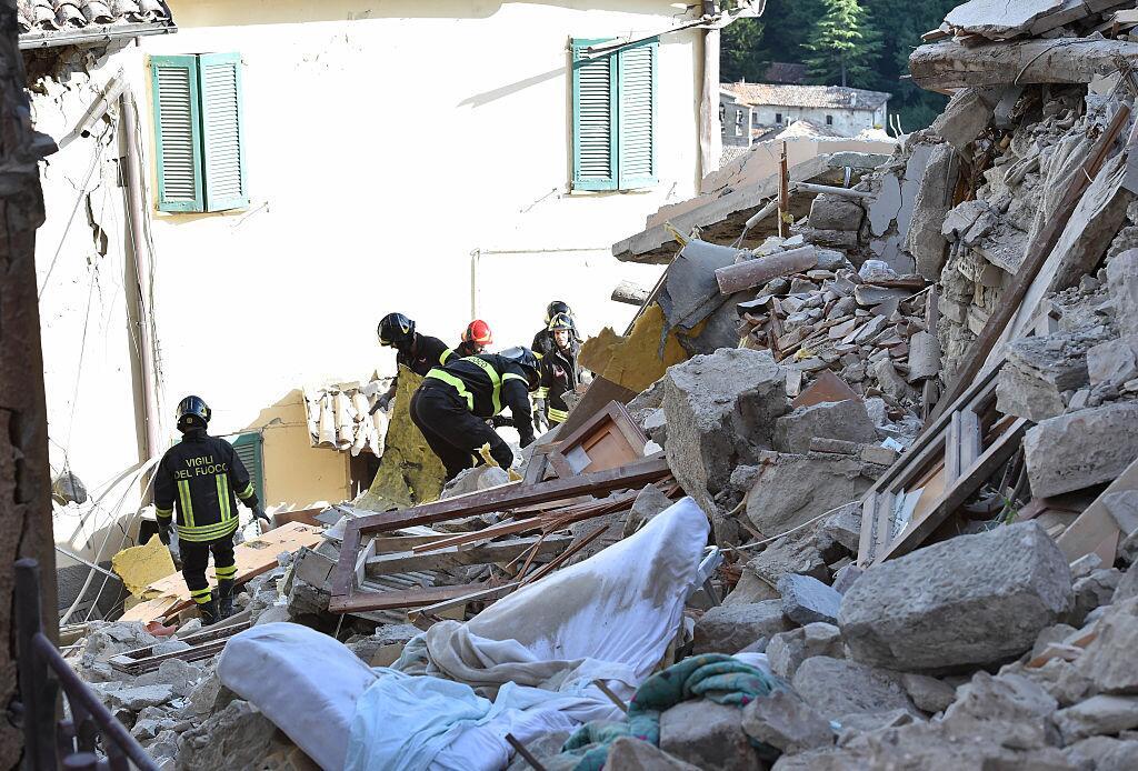Bomberos buscan víctimas entre los escombros del terremoto en Arcuata de...
