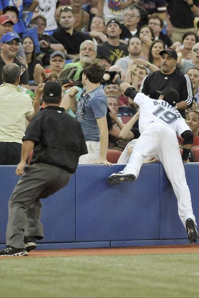 José Bautista se mete a la tribuna para quedarse con la pelota, dejando...