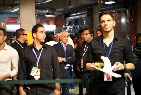 Toda seriedad, Jorge Ramos muy atento a todos los detalles.