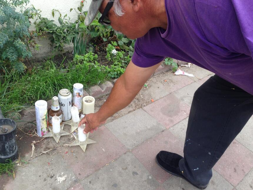Un altar indica el sitio donde cayó muerto a tiros un hispano en la ciud...