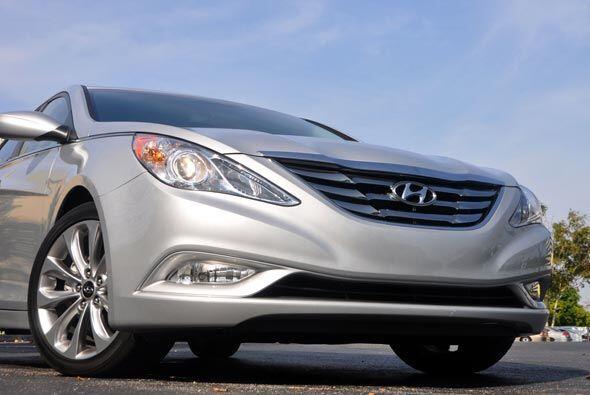 El motor del Sonata 2011 genera 198 caballos de fuerza, con un rendimien...
