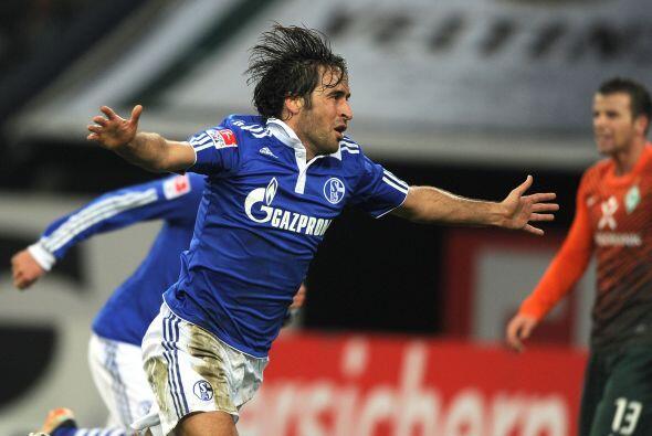 Logró un 'hat-trick' en la aplastante victoria de su equipo, el Schalke...