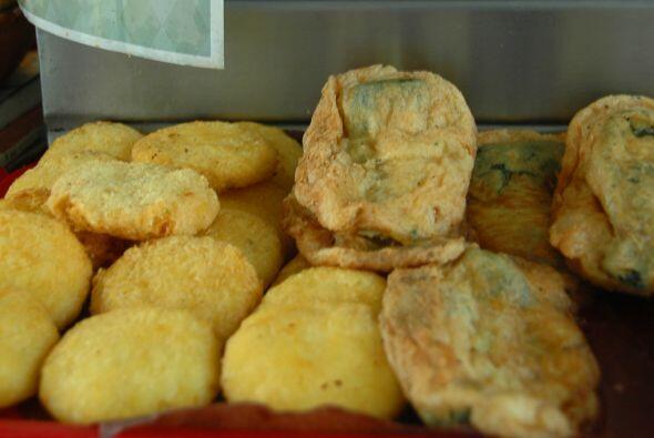 Tortitas de papa y chiles rebosados listos para que los bañen en salsa y...