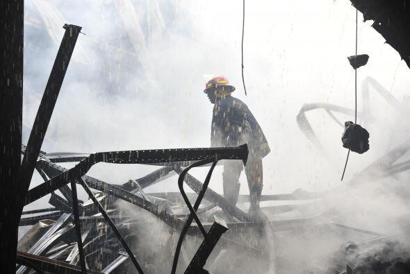 Un bombero de Bangladesh se adentra en las ruinas de una fabrica incendi...