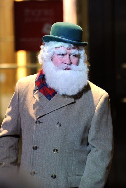 A veces Santa tiene que taparse un poco y dejar el gorro tradicional par...