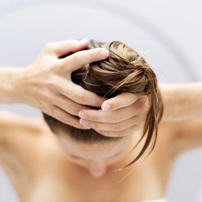 ¡No te amarres o peines el cabello mientras esté húmedo! Ya que la humed...