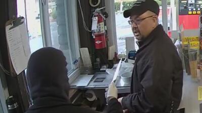Mujer amenaza con un cuchillo al empleado de una tienda y otras tendencias en la red