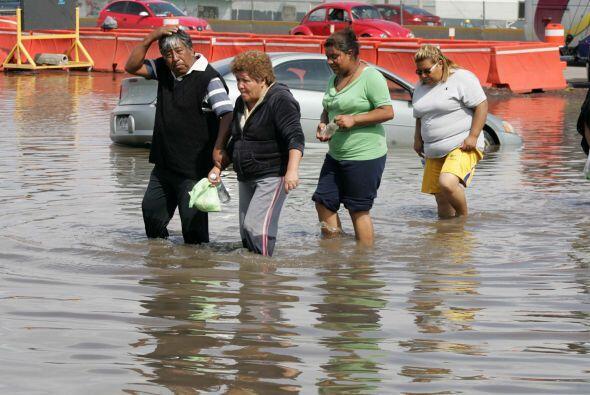 Con el fin de demandar atención a sus comunidades inundadas por l...
