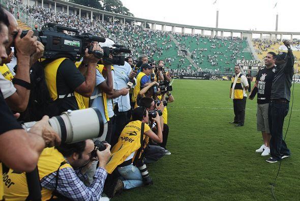 El estadio de Pacaembú se vistió de fiesta para Ronaldo y para el clásic...