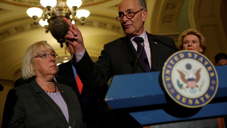 El líder de la minoría del Senado Chuck Schumer, acompañado por la senad...