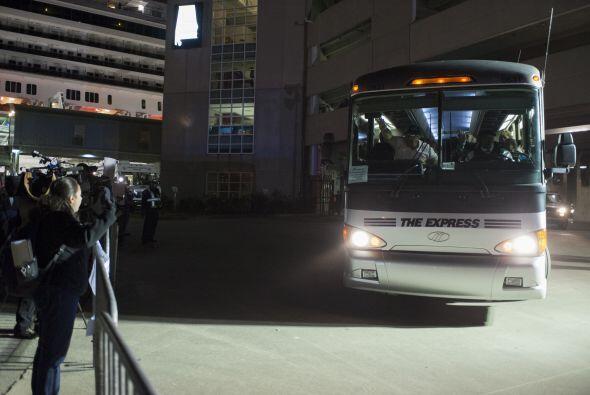 Varios autobuses estaban esperando para llevarlos a otros puntos del paí...