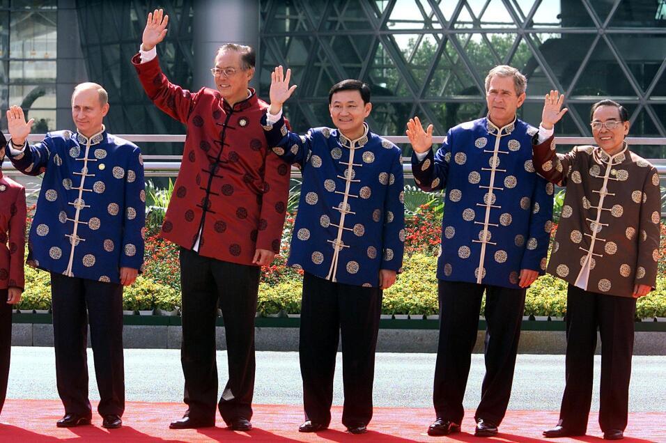 SHANGHAI, CHINA: (izquierda a derecha) El presidente ruso Vladimir Putin...