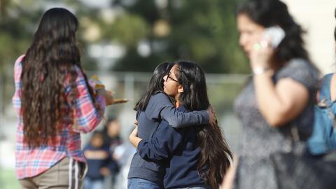 Estudiantes se abrazan tras tiroteo en escuela secuandaria de Westlake,...