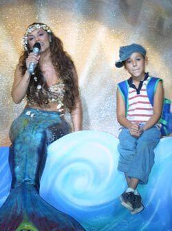 Amy la niña de la mochila azul, es la mejor amiga de Coral, la sirena