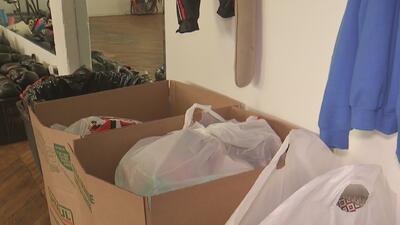 Comunidad de Chicago se une para recaudar ayudas para familia inmigrante que fue vista durmiendo en una línea del tren