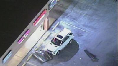 Un conductor estrelló su vehículo contra una barbería de Miami-Dade y huyó de la escena