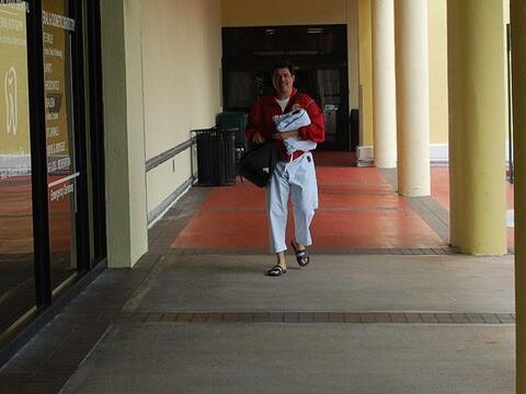 Nuestro Jorge Pérez-Navarro en camino a su clase de kárate...