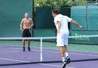 Como en todo partido de tenis, en su versión de fútbol también hay que s...