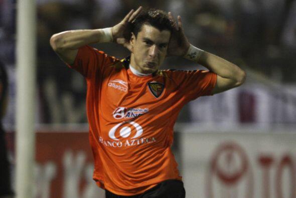 Jorge Rodriguez y su festejo con la camiseta de Jaguares.