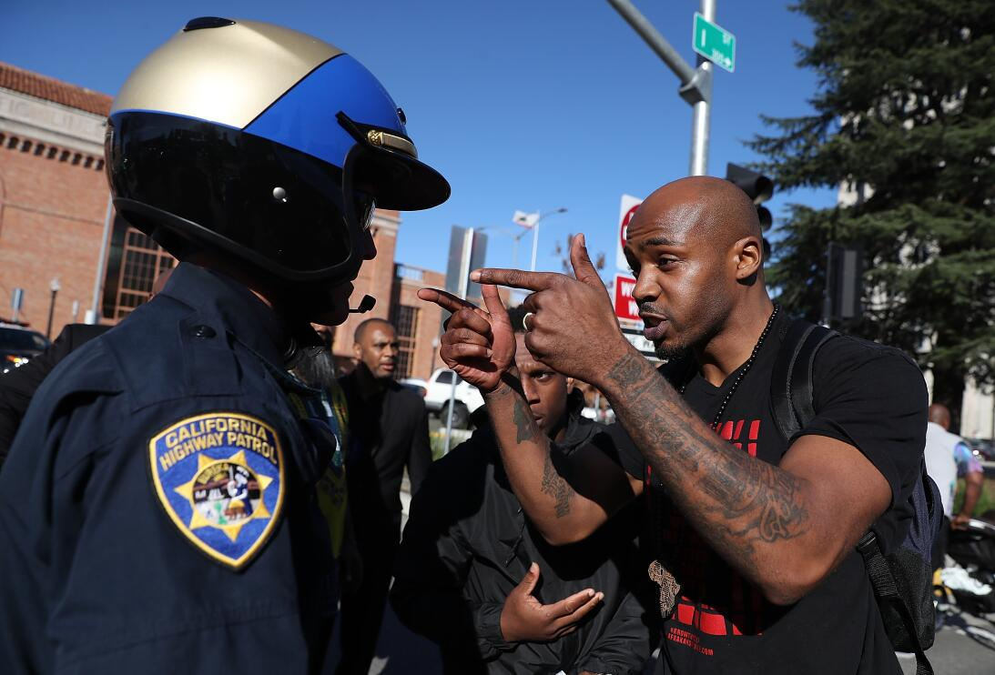 Un agente de la Patrulla de Carreteras de California es confrontado por...