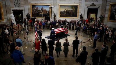 Miles de personas llegan al Capitolio para rendirle homenaje al expresidente George Bush padre