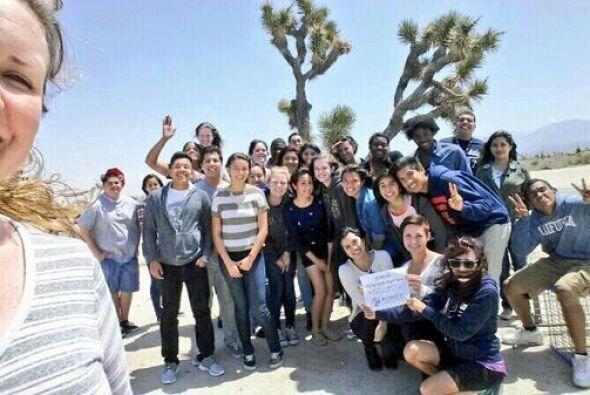 En una salida de clase al desierto, este grupo decidió retratarse para s...