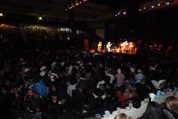 Los cientos de personas que estaban ahí empezaron a bailar con su música...