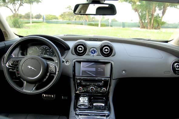 Como es de esperarse en un Jaguar, el interior es por demás sofisticado.