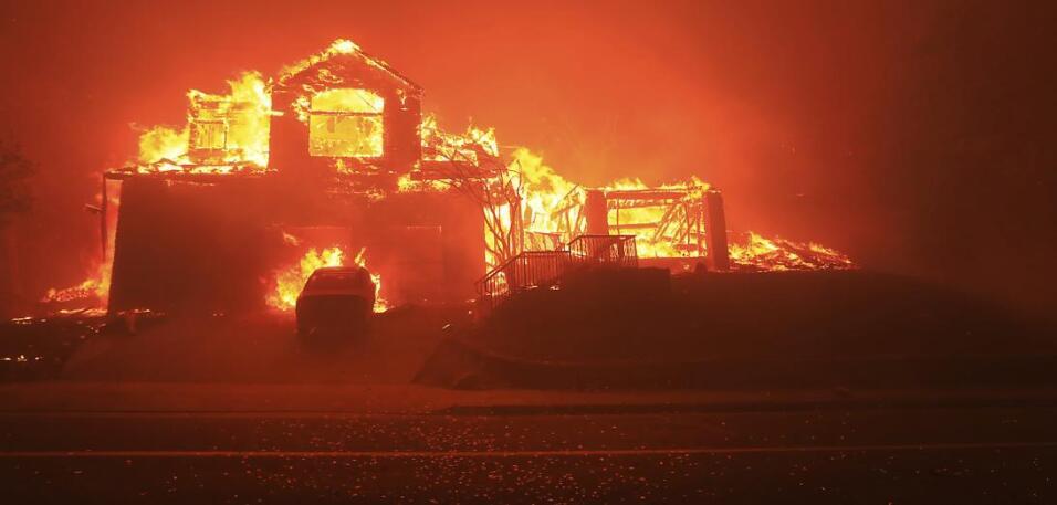 . Una casa y un auto arden en Fountaingrove, Santa Rosa, en Sonoma. La m...