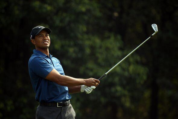 El ex número uno del mundo, el estadounidense Tiger Woods, terminó un go...