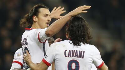 Ibrahimovic celebra uno de sus dos goles con Cavani