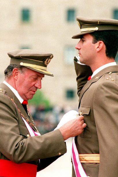 Foto histórica del recientemente abdicado Rey Juan Carlos imponiendo a s...