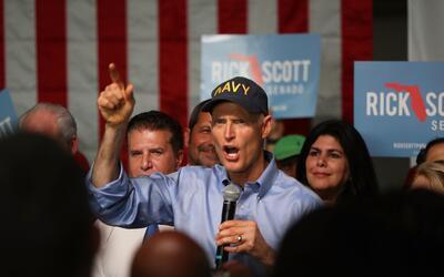 En la fotografía, el gobernador de Florida, Rick Scott, se dirige...