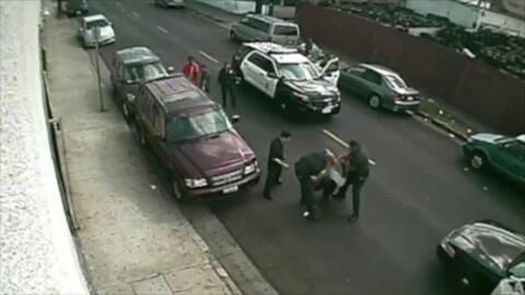Video muestra a oficial del LAPD golpeando a un hombre bajo arresto