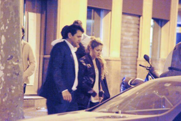 Saliendo de un restaurante, el defensa del Barcelona Gerard Piqué demost...