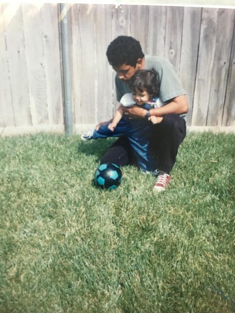 La pequeña Gabby jugando fútbol con su papá, Carlos.
