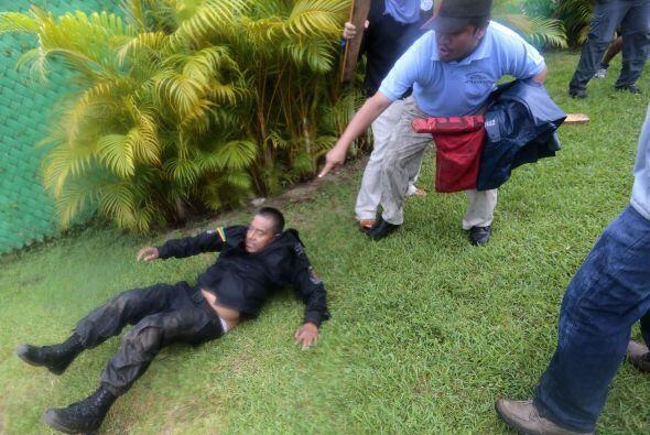 Uno de los policías que resultó herido en la gresca con los manifestantes.