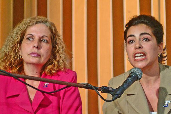 Olga Salanueva, izq, esposa de Rene Gonzalez, otro de los espías de la R...