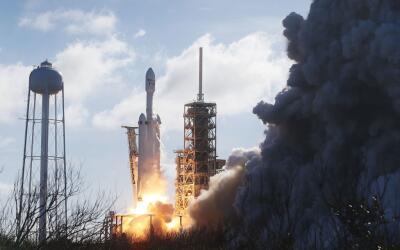 El cohete Falcon Heavy de la compañía SpaceX despega de la...