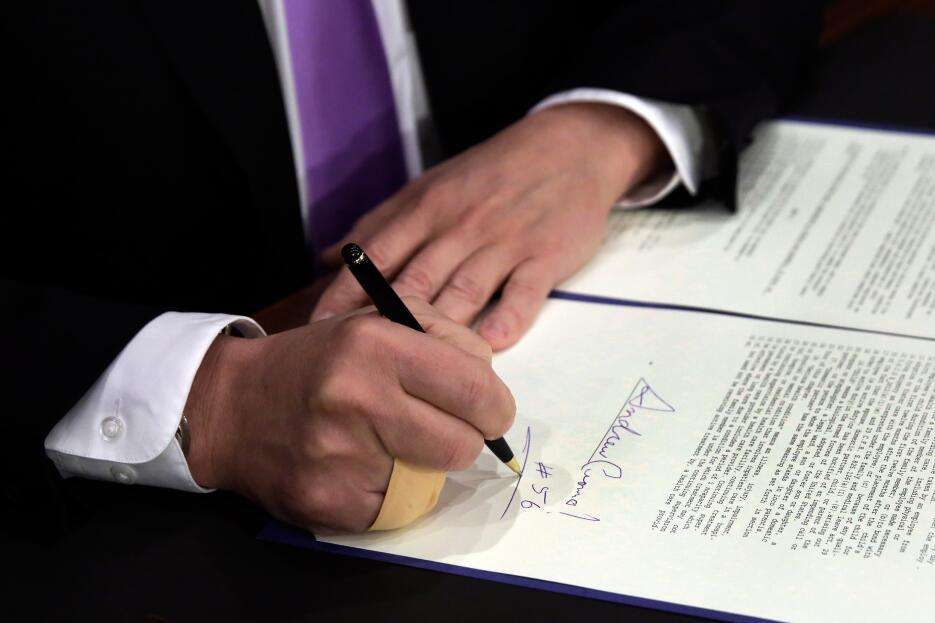 El gobernador Andrew Cuomo transforma el proyecto en ley con su firma.