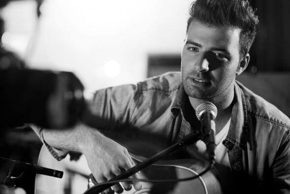 Así que con guitarra en manos, nos tocó su nuevo sencillo...
