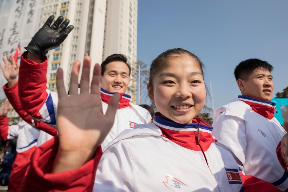 La hermana de Kim Jong Un se estrecha la mano con el presidente de Corea...