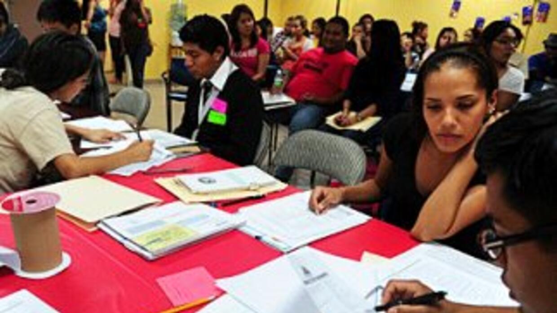 Dreamers asisten a una reunión en las oficinas de CHIRLA en Loa Angeles,...