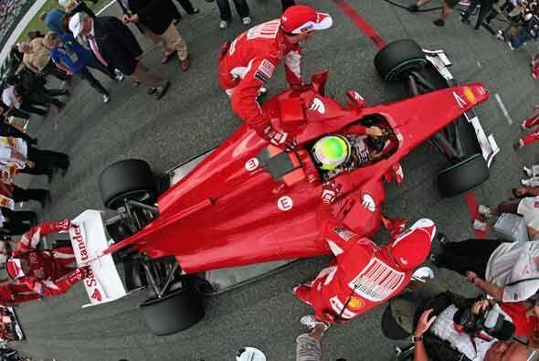 El trabajo de los mecánicos de la Ferrari en los 'pits' fue fundamental...