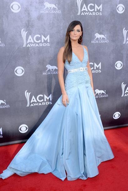 En un encantador y súper femenino vestido color azul pastel con cuerpo f...