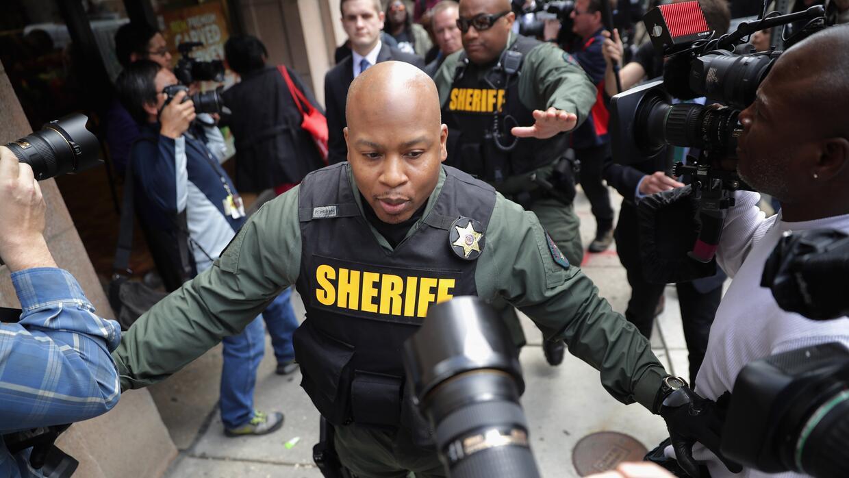 Un policía frente a los fotógrafos de la prensa, en Baltimore, en mayo p...