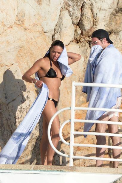 Mira a la latina y su excelente figura en traje de baño.  Vota aquí por...