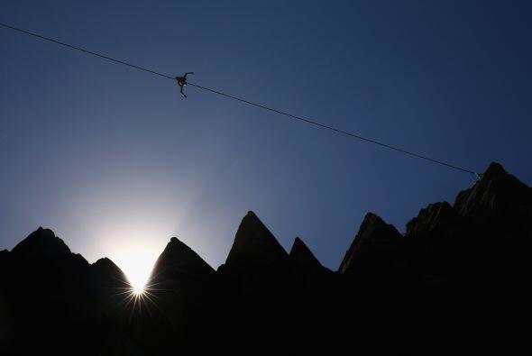Luke Sarantos camina en una cuerda entre dos acantilados de Diamond Bay...