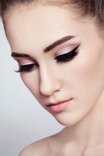 Perfila la línea superior de tus pestañas con un 'eye-liner' bastante os...