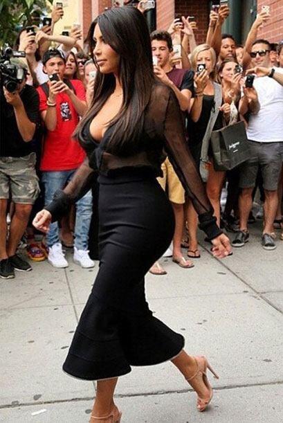 Kim Kardashian publicó esta foto con su look del día: Givenchy, escotado...